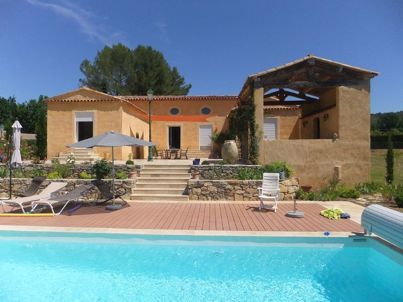 Spacieuse villa de style provençal avec piscine, holiday rental in Villecroze