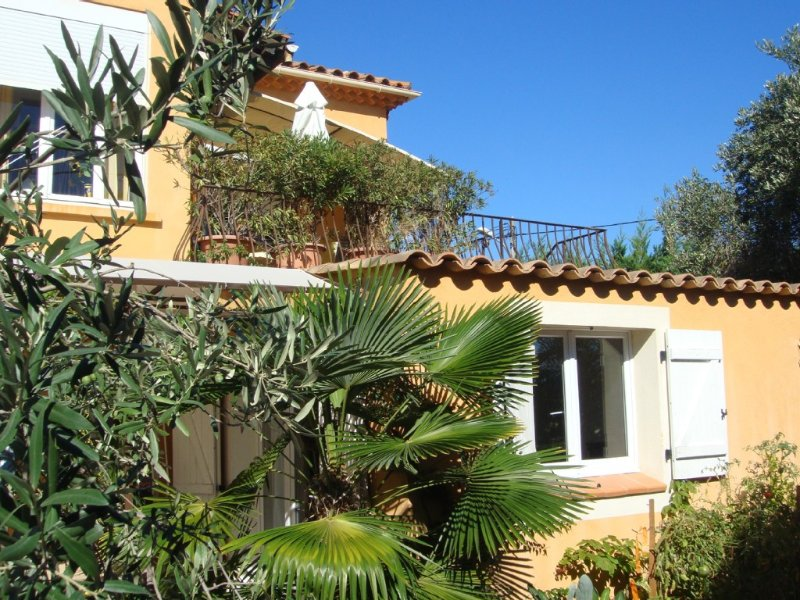 haut de villa lumiere espace plage et commerces à 5 mn à pied  wifi   parking, location de vacances à La Ciotat