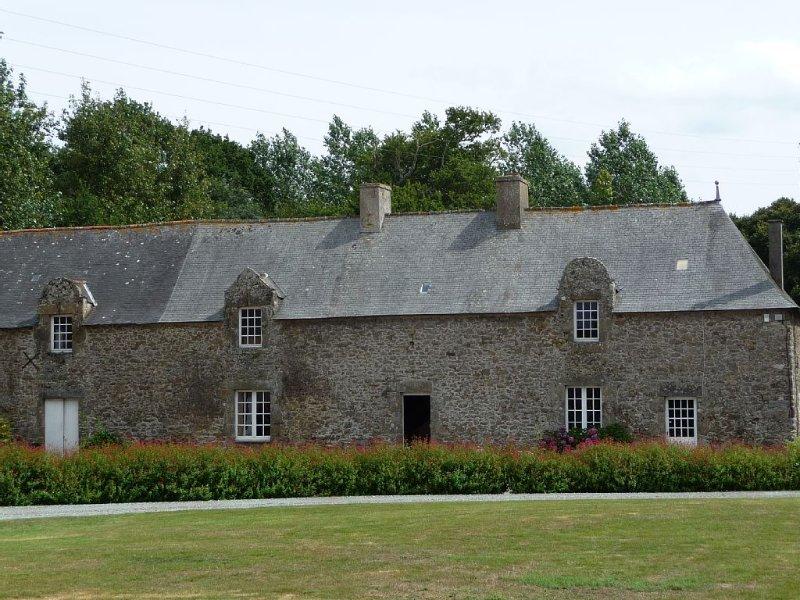 Charme Espace et Calme Maison familiale 5 chambres 1/2 dans très grand jardin, casa vacanza a La Gouesniere