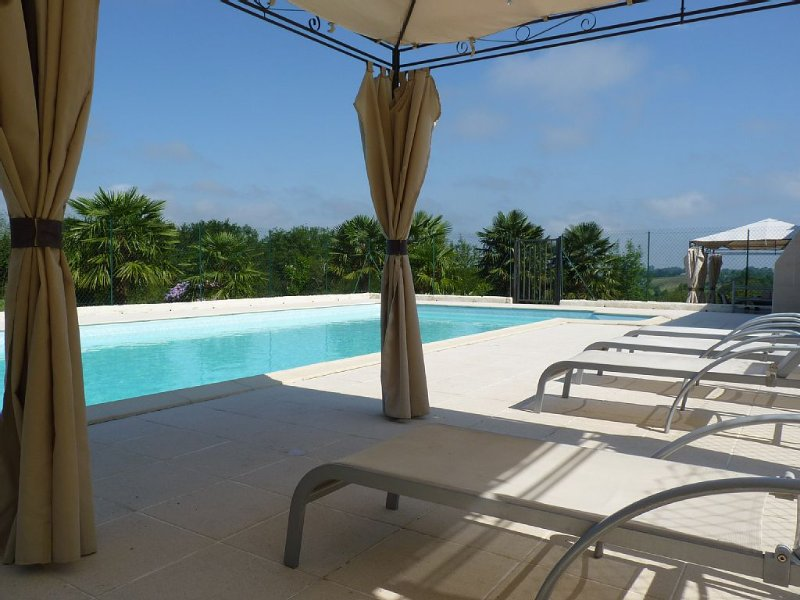 Gite au pied des Pyrénées, piscine chauffée, WIFI, salle jeux - remise en forme, holiday rental in Haut-De-Bosdarros