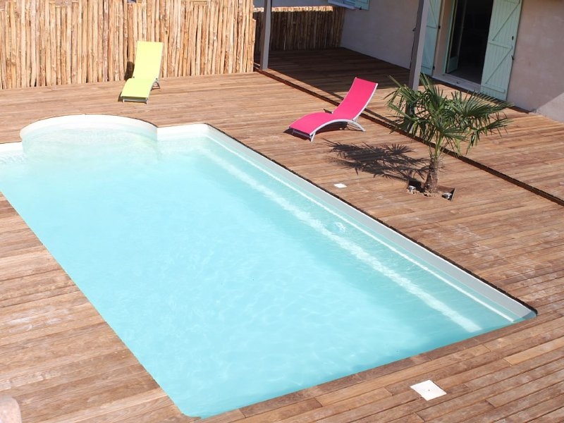 Maison moderne avec piscine privée, casa vacanza a Sainte-Alvere