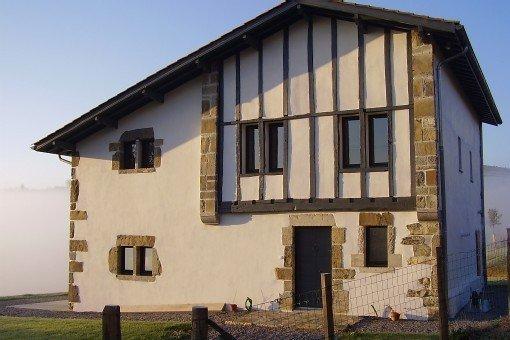 Authentique maison basque avec piscine entre mer et montage, vacation rental in Mauleon-Licharre