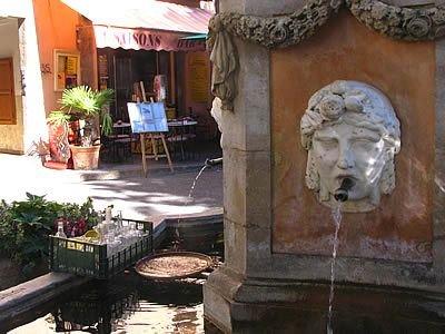 fontaine de cotignac joli petit village a 25 km de la location a voir