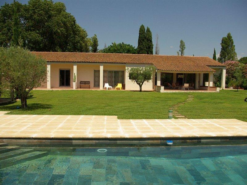 Au calme à 5 mn des plages hyèroises maison 260m2 tout confort, piscine, tennis, location de vacances à Pierrefeu-du-Var