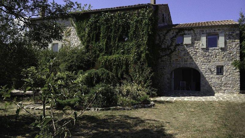 Gîte contemporain dans une demeure de charme. SECURITE-SANTE, holiday rental in Les Vans