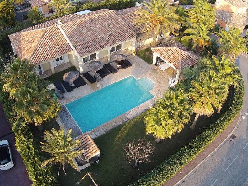 Villa luxueuse quartier résidentiel, piscine, jardin, 6 chambres, 14 personnes, holiday rental in Saint-Raphael