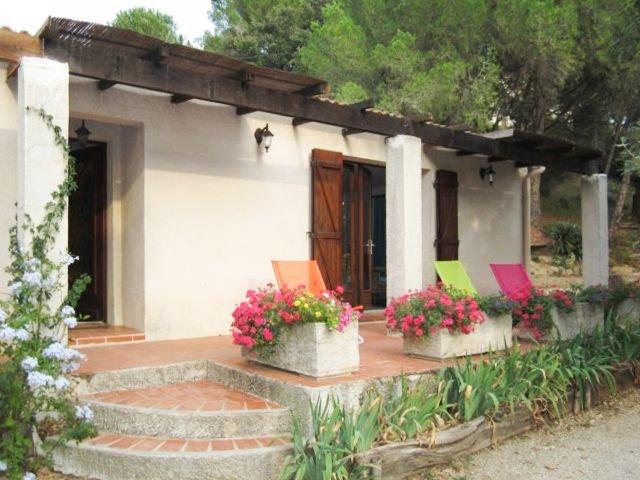 Villa indépendante avec jardin clos, au Sud de Nîmes, 3 chambres, 6 personnes, vacation rental in Franquevaux