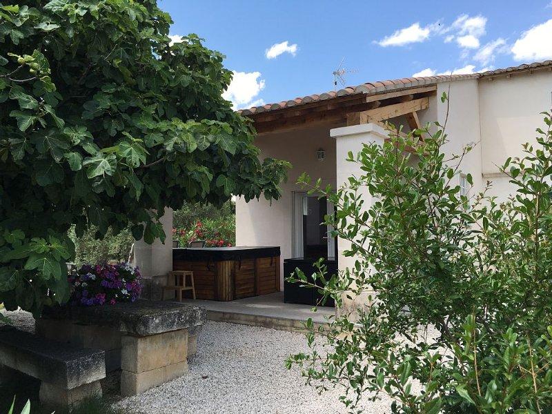 Gîte du Petit Mandon-Arles-Crau-Camargue: une maison pour 5 personnes avec spa, vacation rental in Arles