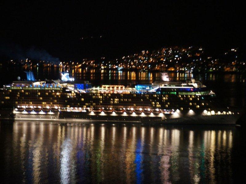 Une vue de nuit, un bateau croisière de luxe revenant de Kotor.