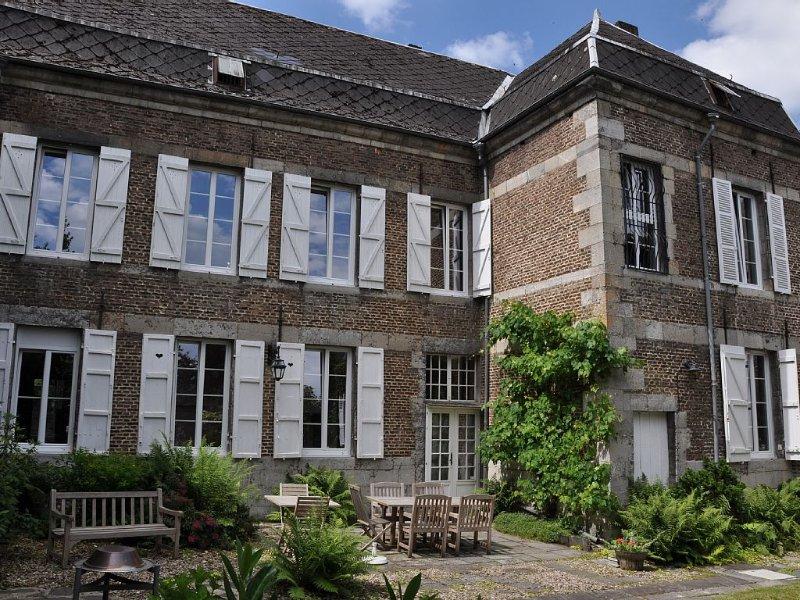 Spacieuse maison de maître du 18e siècle tout près de la Meuse avec jardin clos, holiday rental in Montherme