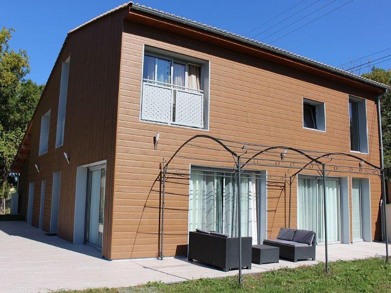 Belle maison 170 m2, piscine chauffée et couverte, jacuzzi, classée 4 étoiles., holiday rental in Civrac-De-Blaye