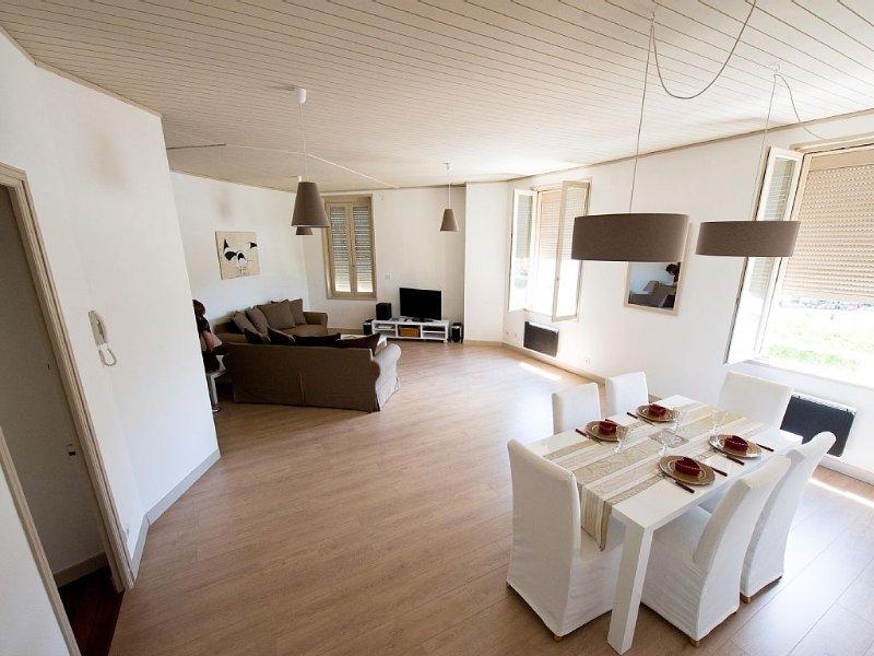 Appart 97m² - vue sur port et tours-garage - wifi-4 pers. 2ch - salon spacieux, Ferienwohnung in La Rochelle