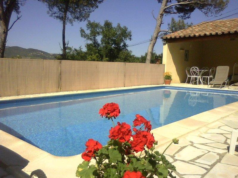 Gîte au milieu des pins  avec piscine et wifi, vacation rental in Puymeras