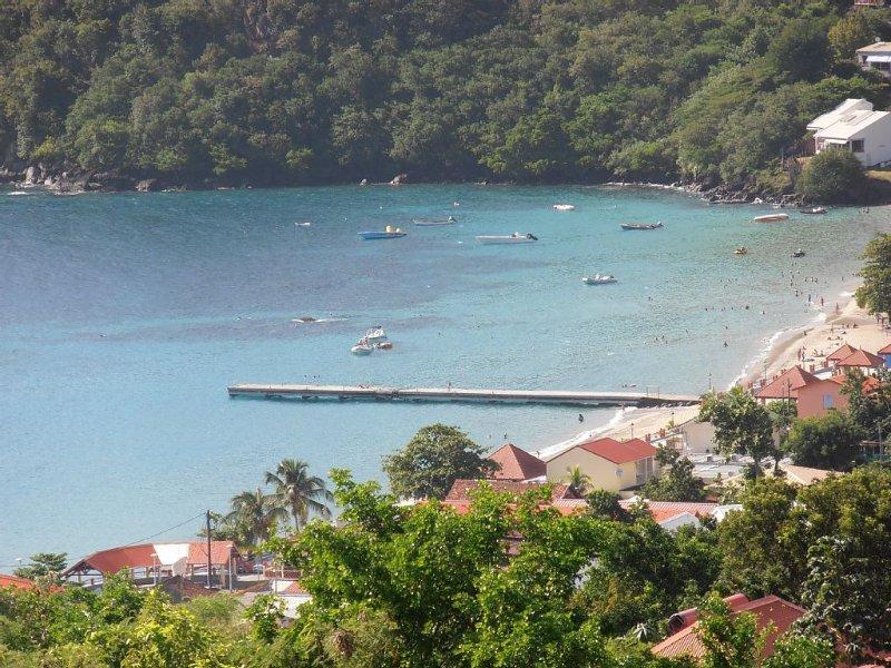 De la terrasse, superbe vue sur la plage et son ponton (à 400m de la location)