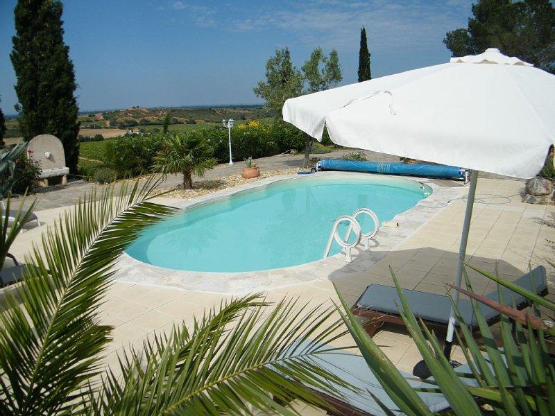 Charmant gite-studio 2/3 pers,dans un mas de caractere, avec vue panoramique., vacation rental in Oms