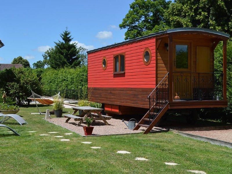 Gîte insolite équipé pour recevoir jusque 5 personnes, holiday rental in Naours