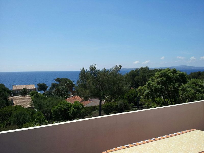 Appartement côté mer, Vue mer exceptionnelle, jardin, mer à 100 mètres, holiday rental in Les Issambres