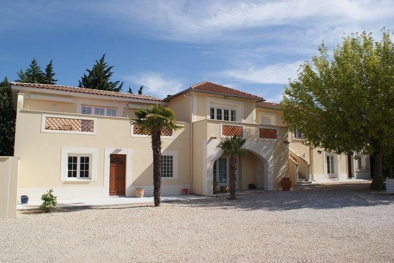 Annexe de mas provençal avec jardin et piscine privee et chauffee, casa vacanza a Orange