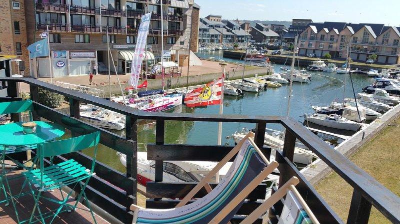 MARINA DEAUVILLE Triplex magnifique vue bassin et mer depuis le balcon – semesterbostad i Deauville City