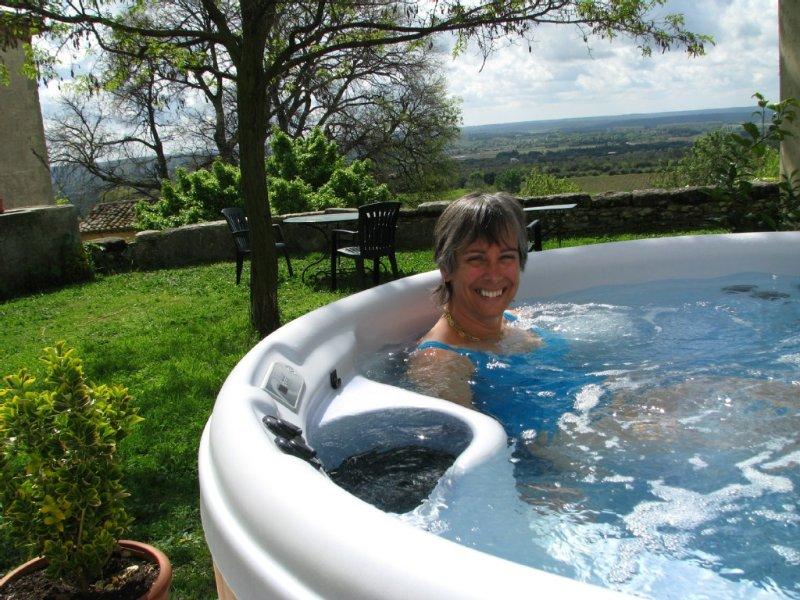 Mas de Caractère avec jardin terrasse piscine et jacuzzi, holiday rental in Uzes