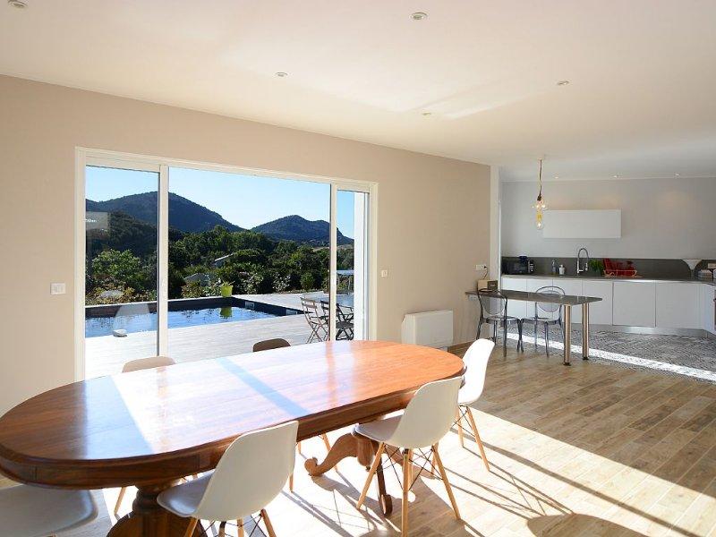 Villa neuve avec piscine surplomblant un terrain d'un hectare vue sur vignoble, location de vacances à Barbaggio