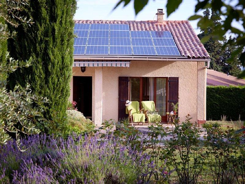 Jolie Maison avec grand jardin à Mazan, au pied du Mont Ventoux, holiday rental in Mazan