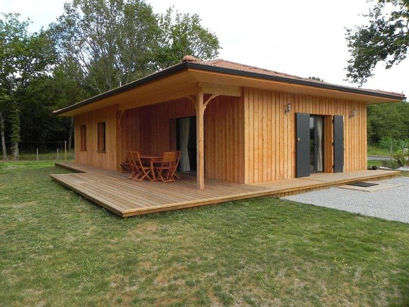 Agréable maison située dans un endroit calme et boisé à proximité de Montalivet, holiday rental in Queyrac