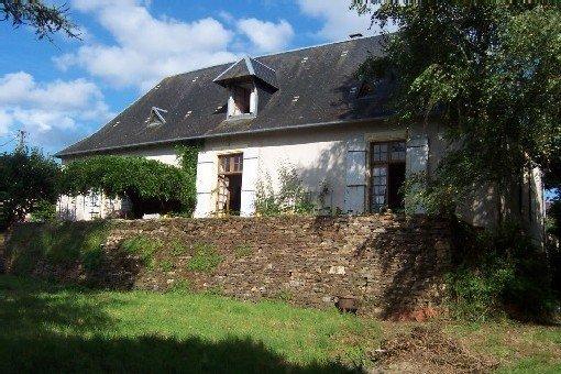 Périgord-Limousin, belle maison de village dans un jardin au pied du château, casa vacanza a Ladignac le Long