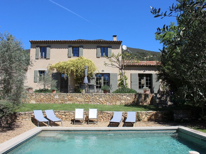 Le mas des oliviers de Rustrel avec piscine, holiday rental in Rustrel
