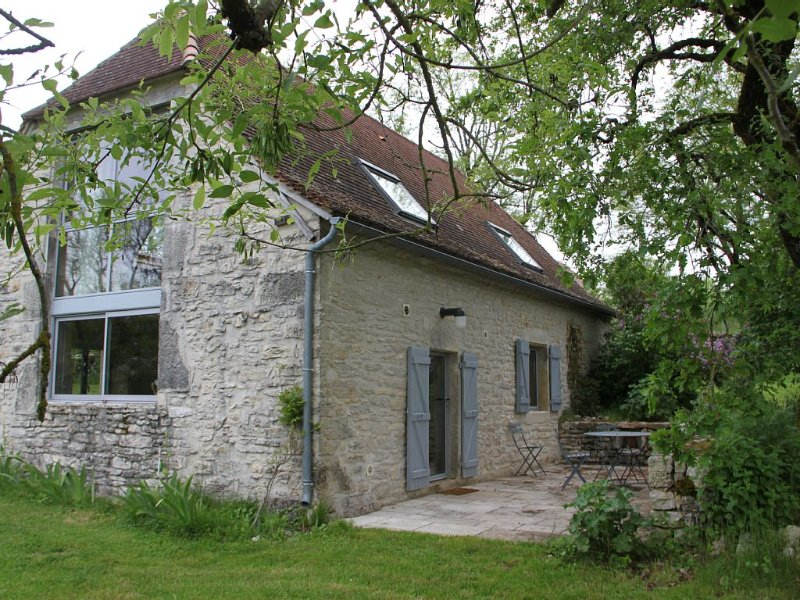 Une grange authentique en pierre blanche rénovée pour 4,  avec cheminée, alquiler vacacional en Lot