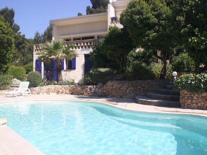 Villa type californien,  grands espaces, zone résidentielle calme, vue mer, holiday rental in Les Issambres