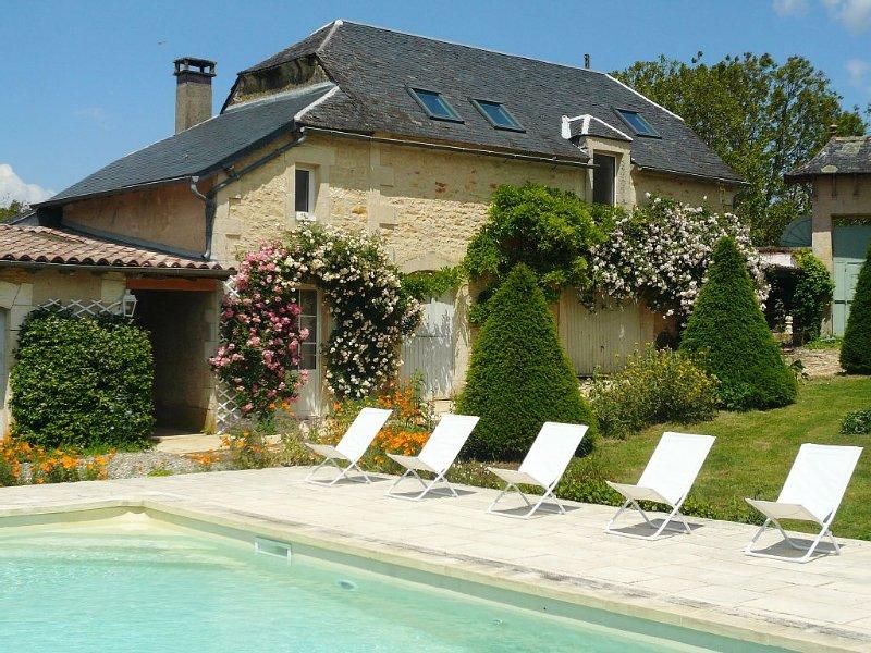 Gîte avec piscine au cœur du Périgord noir pour 8 personnes, parfaitement équipé, holiday rental in Chartrier-Ferriere
