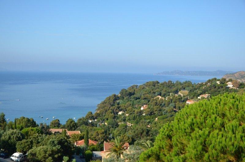 Appartement 2 pièces traversant de 85 m2 avec très belle vue sur la mer, casa vacanza a Rayol-Canadel-sur-Mer