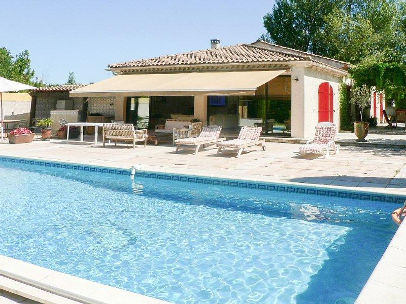 Villa climatisée, avec piscine chauffée et couverte, spa 6 pers, 3 cham, 2 sdb., vacation rental in Saint Andiol