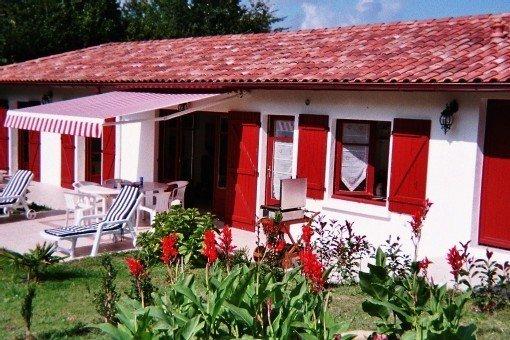 Maison dans village typique entre mer et montagne – semesterbostad i Pyrenees-Atlantiques