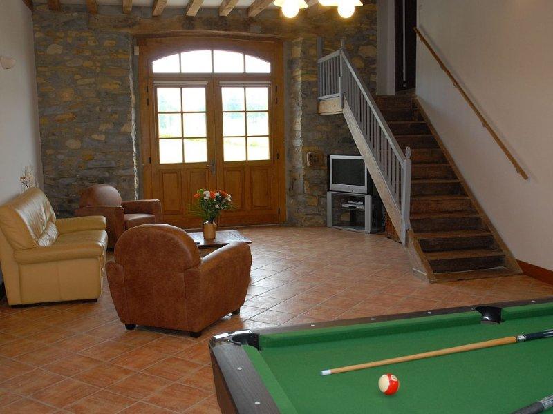 hall de entrada, sala de estar 50 m2 com mesa de sinuca, TV, cofre