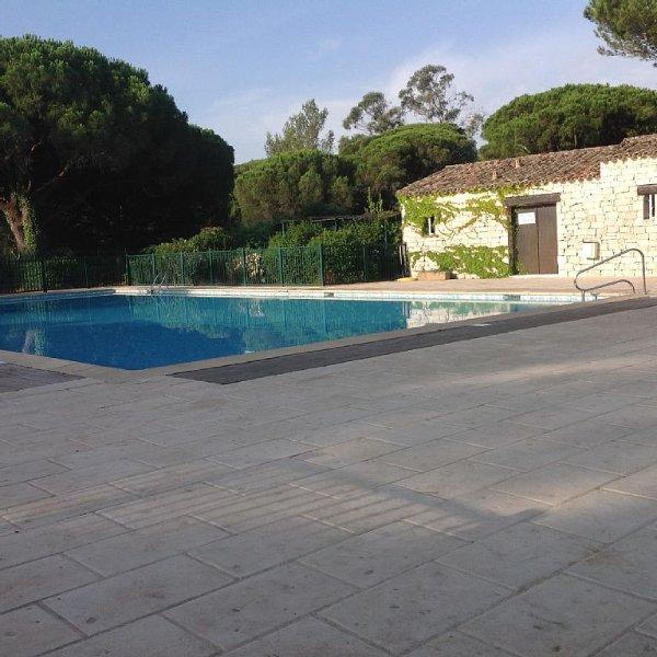 Maison à louer golfe de st Tropez 2 chambres dans residence avec piscine  tennis, holiday rental in Gassin