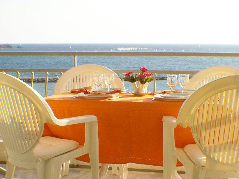 Vue mer à180° et face à la plage grand 2 pièces 4 Etoiles au cœur de St Raphaël, vacation rental in Saint-Raphael