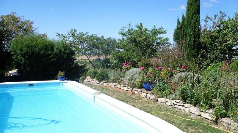 Maison Lumineuse et calme avec vue panoramique sur les Pyrénées & piscine privée, alquiler vacacional en Carlipa