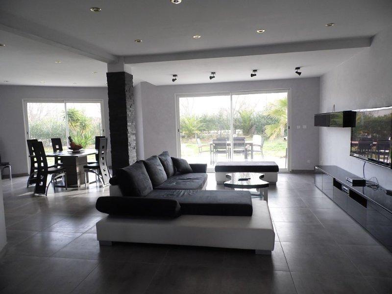 Villa contemporaine tout confort dans quartier résidentiel, vacation rental in Meze