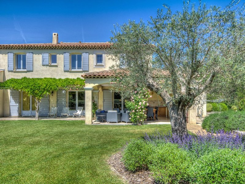 Splendid Provencal Villa with Air-Conditoning, Heated Pool and Outside kitchen, Ferienwohnung in St-Rémy-de-Provence
