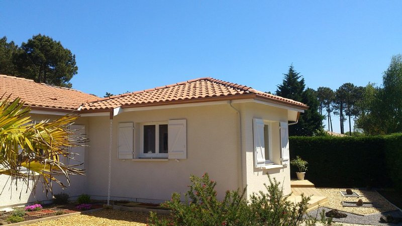New studio independent with private terrace in vi, holiday rental in Le Temple