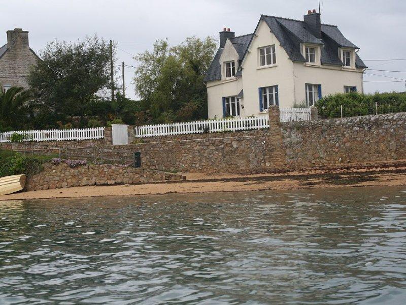 Maison 'les pieds dans l'eau,' Accès direct  plage, calme, vue sur Ile de Bréhat, casa vacanza a Pleubian