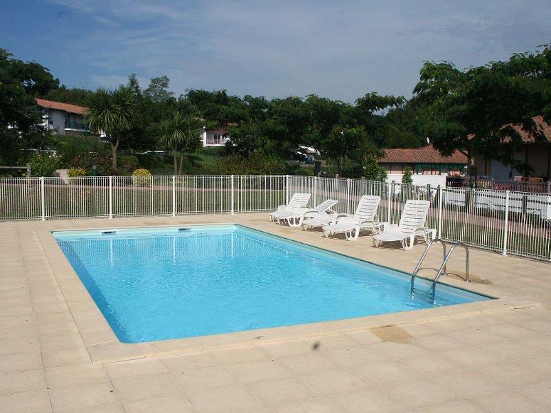 Ravissant T2 terrasse sud, res standing, piscine,wifi, holiday rental in Bidarray
