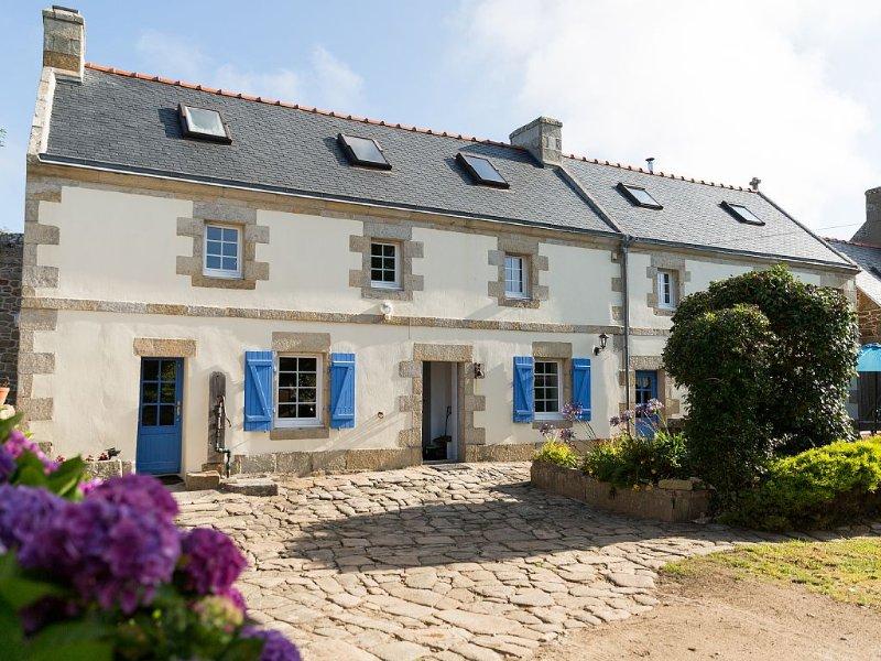 Bretagne, bord de mer ! Corps de Ferme, Piscine,, holiday rental in Plogoff