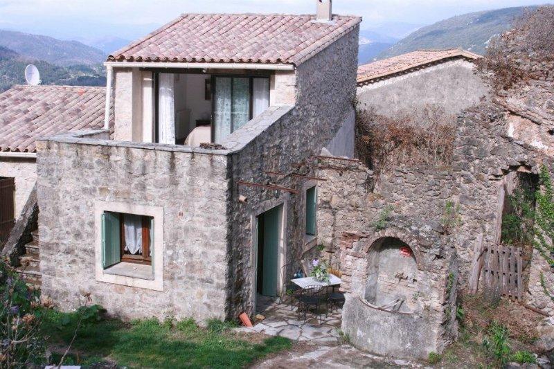 Petit gite dans une vieille maison cevenole chaleureuse et agreable, location de vacances à Gorniès