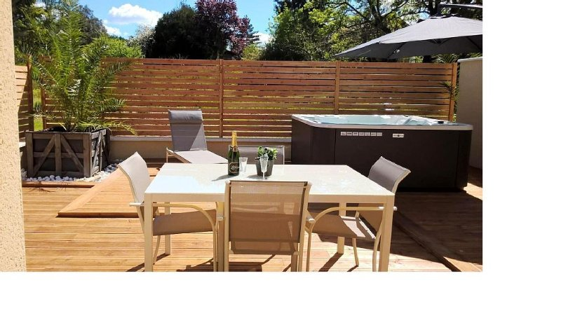 BEL APPARTEMENT NEUF AVEC SPA PRIVATIF 2 PERSONNES PROCHE SARLAT A VITRAC, holiday rental in Vitrac