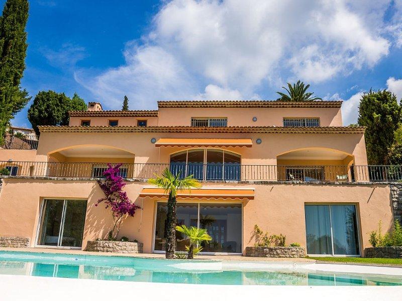 Villa vue panoramique sur la baie de Cannes à 2 pas du Vieux Village de Mougins, vacation rental in Mougins