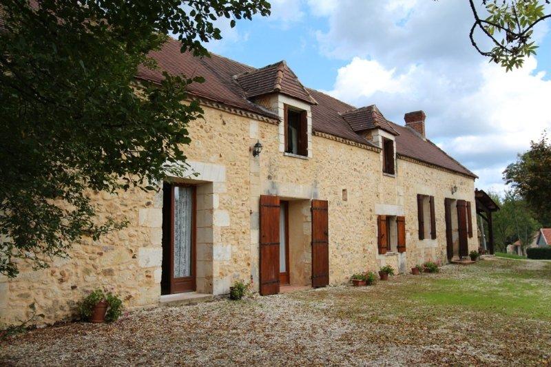 GRANDE ET BELLE MAISON EN PIERRE, PISCINE SECURISEE, holiday rental in Saint-Jean d'Eyraud