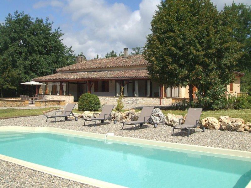 Gite au coeur de la foret dans un parc 1 hectare avec piscine privée, aluguéis de temporada em Biron